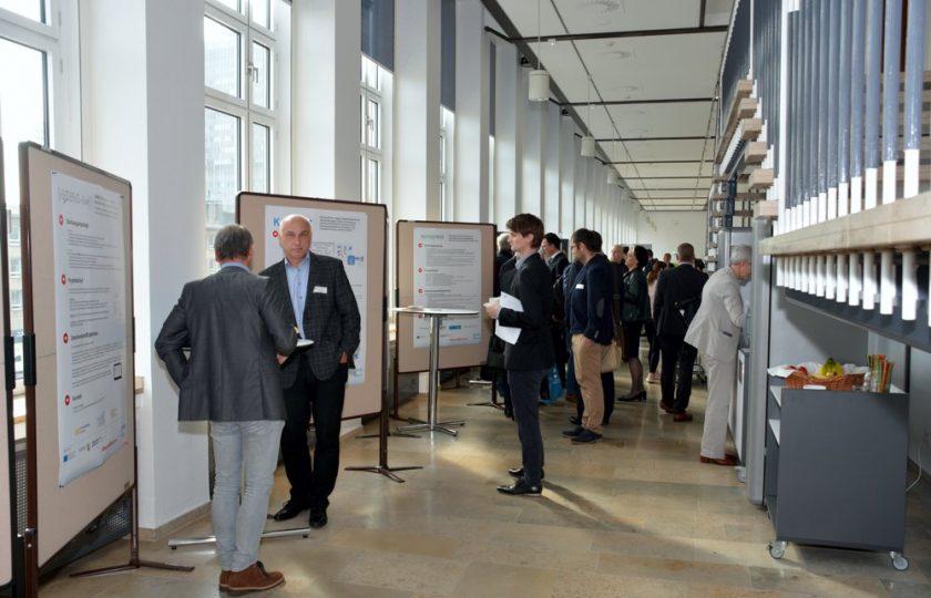 Während der Pausen bekommt die Posterausstellung von zentralen Förderprojekten der Landesinitiative eGesundheit.nrw regen Zuspruch.
