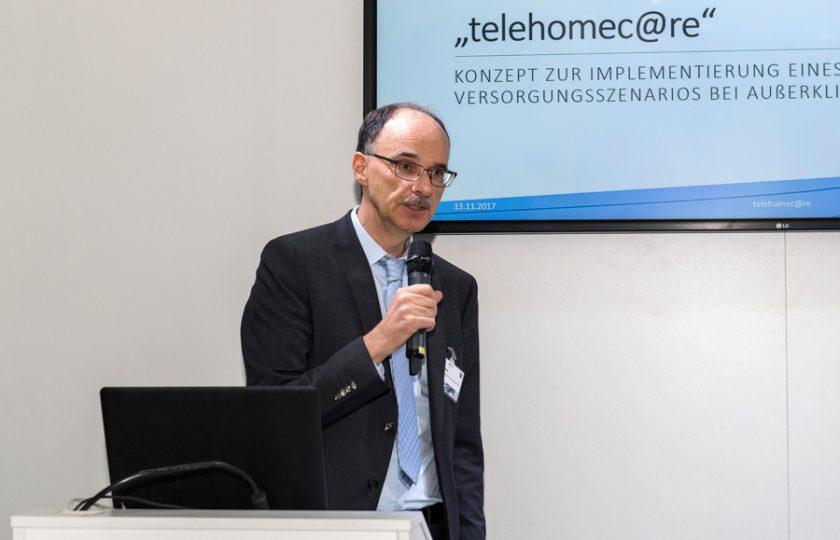 Rainer Beckers, ZTG-Geschäftsführer (Geschäftsbereich Telemedizin) moderiert eine Bühnenpräsentation an.