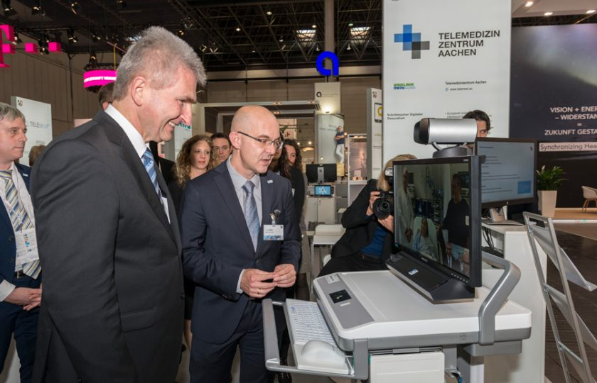 Dr. med. Robert Deisz, Oberarzt an der Klinik für Operative Intensivmedizin und Intermediate Care an der Uniklinik RWTH Aachen, stellt NRW-Wirtschaftsminister Prof. Dr. Andreas Pinkwart das Telemedizin-Projekt TELnet@NRW vor.