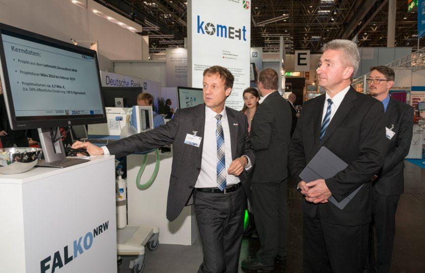 FALKO.NRW-Projektleiter Leif Grundmann (MedEcon Ruhr GmbH) informiert NRW-Wirtschaftsminister Pinkwart über die Medizinische Falldatenkommunikation in interoperablen Netzwerken