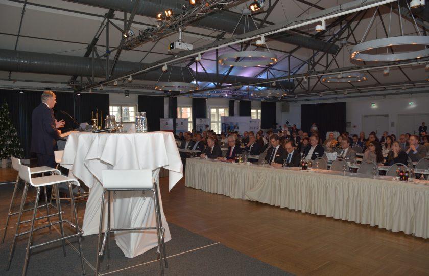 Zahlreiche Teilnhemer besuchen den ersten Tag des 8. Nationalen Fachkongresses Telemedizin in Berlin. Lutz Stroppe, Staatssekretär im Bundesministerium für Gesundheit, eröffnet die Veranstaltung.
