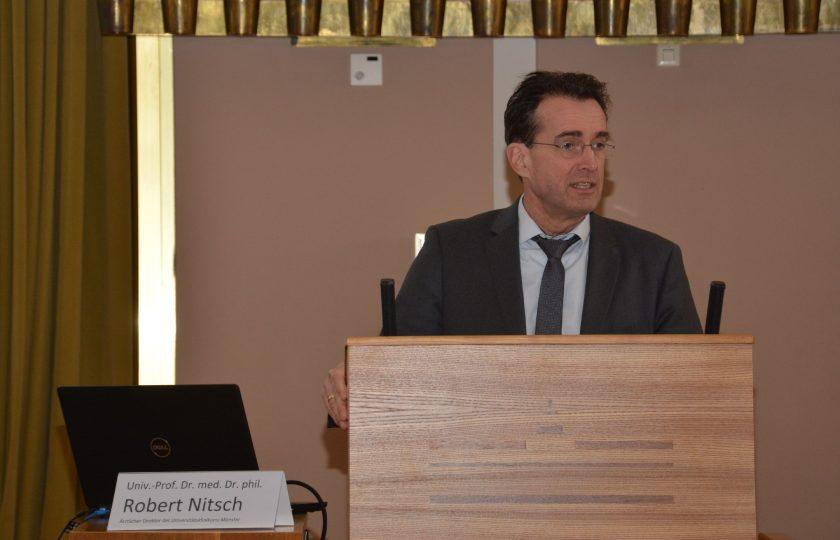 Univ.-Prof. Dr. med. Dr. phil. Robert Nitsch, Ärztlicher Direktor des Universitätsklinkums Münster, bei seiner Begrüßungsrede. (Foto: ZTG)