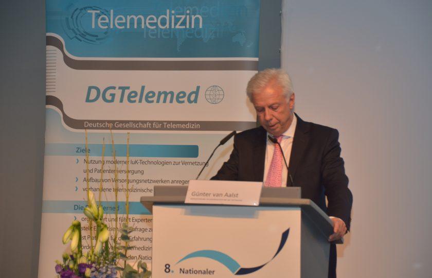 Günter van Aalst, stellv. Vorstandsvorsitzender der DGTelemed eröffnet den zweiten Tag des 8. Nationalen Fachkongresses.