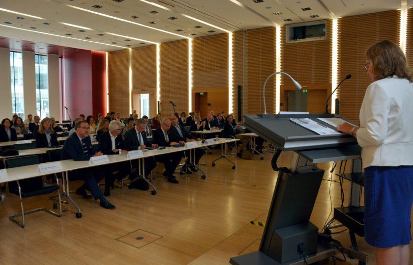 Prof. Dr. med. Susanne Schwalen, Ärztekammer Nordrhein, bei ihrer Eröffnungsrede zur 7. Frühjahrstagung Telemedizin