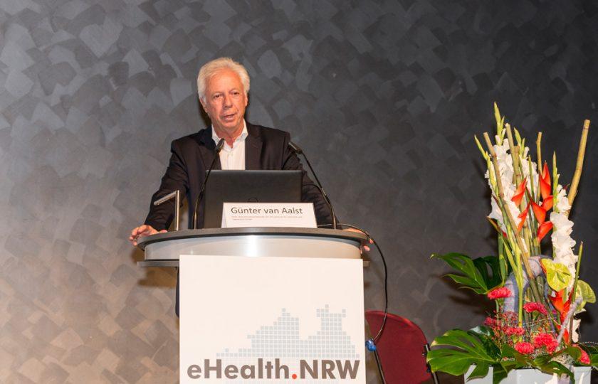 Günter van Aalst, stv. Aufsichtsratsvorsitzender des ZTG, begrüßt die Teilnehmer des Kongresses.