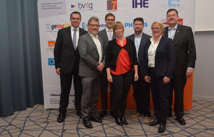 V. l. n. r.: DIe Veranstalter des 3. Deutschen Interoperabilitätstags: Andreas Henkel, IHE Deutschland e. V.; Christof Gessner, HL7 Deutschland e. V.; Sebastian Zilch, bvitg e. V.; Anne Wewer, ZTG GmbH; Kai U. Heitmann, HL7 Deutschland e. V.; Prof. Dr. Sylvia Thun, IHE Deutschland e. V., und Alexander Ihls, IHE Deutschland e. V.