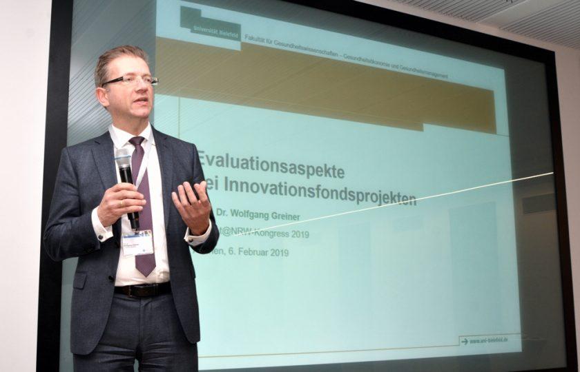 """Prof. Dr. Wolfgang Greiner, Universität Bielefeld, bei seinem Vortrag zum Thema """"Evaluationsaspekte bei Innovationsfondsprojekten""""."""