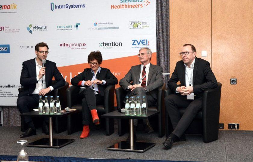 """V.l.n.r.: Sebastian Zilch (bvitg e. V.), Dr. Gertrud Demmler (SBK), Dr. Thomas Kriedel (KBV) und Dr. Ralf Brandner (bvitg e. V.) diskutieren zum Thema """"Beyond ePA – Elektronische Aktenlösungen weiter gedacht""""."""