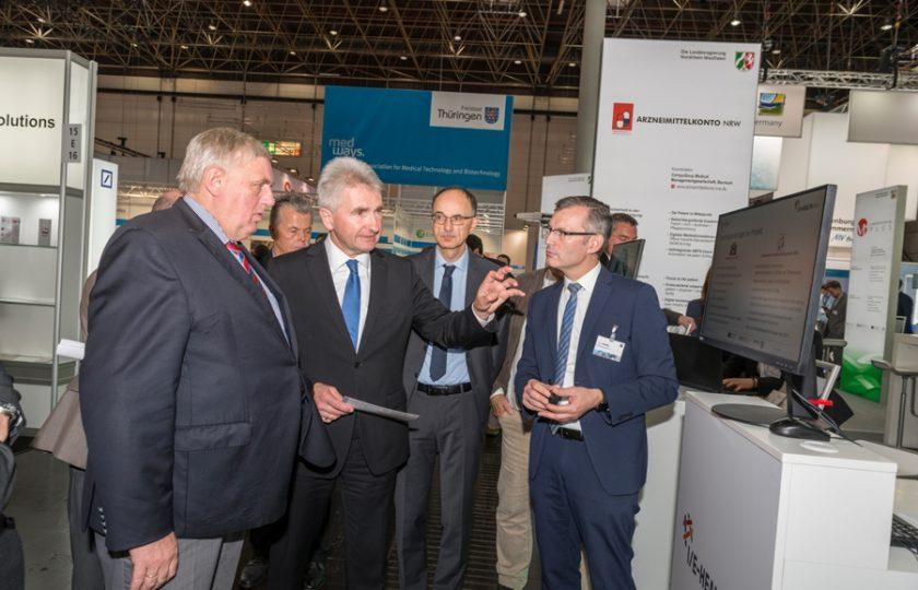 NRW-Gesundheitsminister Laumann und NRW-Wirtschaftsminister Pinkwart informieren sich am Landesgemeinschaftssstand NRW über das Projekt I/E Health NRW.  Foto: ZTG / P. Lippsmeier