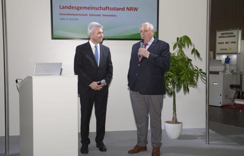 NRW-Wirtschaftsminister Pinkwart und NRW-Gesundheitsminister Laumann während der Podiumsdiskussion am Landesgemeinschaftsstand NRW. Foto: ZTG / P. Lippsmeier