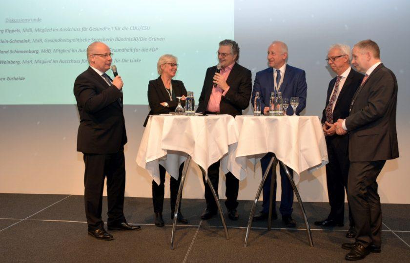 V. l. n. r.: Dr. Georg Kippels, MdB (CDU / CSU), Maria Klein-Schmeink, MdB (Bündnis 90/Die Grünen), Moderator Jürgen Zurheide, Tagesspiegel, Dr. Wieland Schinnenburg, MdB (FDP), Günter van Aalst, DGTelemed, und Prof. Dr. med. Gernot Marx, FRCA, DGTelemed, diskutieren zur Weiterentwicklung des E-Health-Gesetzes 2.0.