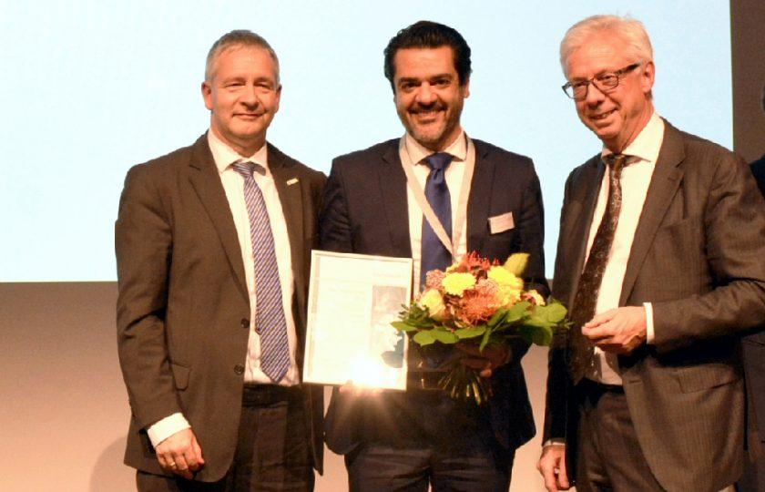 Verleihung des Telemedizinpreises 2018: Prof. Dr. med. Gernot Marx, Vorstandsvorsitzender DGTelemed (links), und Günter van Aalst, stv. Vorstandsvorsitzender DGTelemed (rechts), überreichen den Preis an Dr. med. Amir Parasta, epitop medical GmbH, für die elektronische Akte em.net.