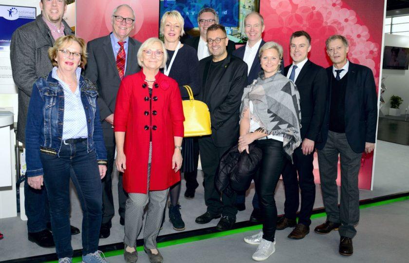 Zu Besuch am Landesgemeinschaftsstand Nordrhein-Westfalen: Mitglieder des Ausschusses für Arbeit, Gesundheit und Soziales des Landes Nordrhein-Westfalen, und Staatssekretär Dr. Heller (ganz rechts). (Foto: ZTG/P. Lippsmeier)