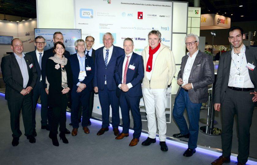 V.l.n.r.: M. Kuypers (solimed ePflegebericht), B. Fischer und Dr. G. Diedrich (I/E-Health NRW), A. Hempen (TELnet@NRW), Dr. med. C. Juhra (oVID), R. Beckers (ZTG), Minister K.-J. Laumann (Ministerium für Arbeit, Gesundheit und Soziales des Landes Nordrhein-Westfalen), Prof. Dr. med. G. Marx (TELnet@NRW), Dr. med. T. Aßmann (TeleArzt), G. van Aalst (TELnet@NRW) und A. Gröninger (vitaphone/TeleArzt). (Foto: ZTG/P. Lippsmeier)