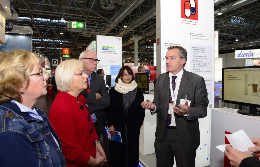 Mitglieder des  Ausschusses für Arbeit, Gesundheit und Soziales des Landes Nordrhein-Westfalen folgten einer Präsentation am Stand des Projekts Arzneimittelkonto NRW PLUS.