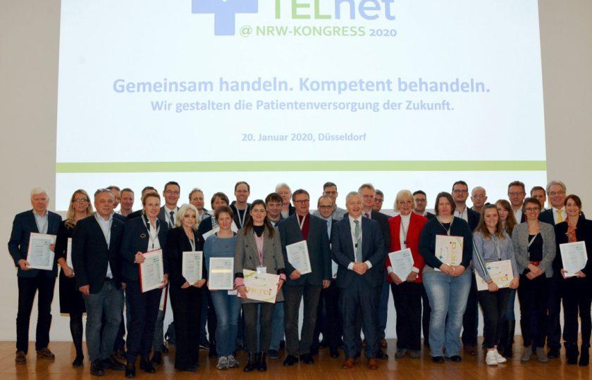 Freuten sich über die Urkunde zur erfolgreichen Teilnahme bei TELnet@NRW: Die Konsortialpartnerinnen und -partner.