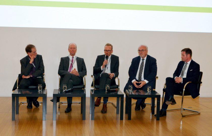 V. l. n. r.: Prof. Dr. med. Thomas H. Ittel (IZDM), Jochen Brink (KGNW), Dirk Ruiss (vdek), Dr. Rudolf Henke (ÄKNO) und LMR Lars Andre Ehm (MAGS) diskutierten über Zukunftswege zu zeitgemßen Versorgungslösungen in Nordrhein-Westfalen.